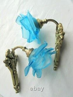 2 Appliques Art Déco, bronze doré sculpté de mûres, tulipe Rose en verre bleu