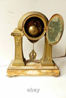 Pendule Art Déco Portique en régule sur marbre veiné G. Limousin